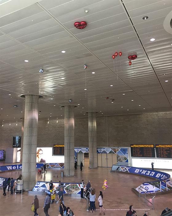 Balões de gás hélio no aeroporto de Tel Aviv
