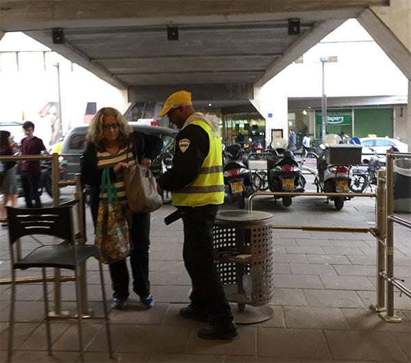 Segurança com detector de metal na entrada do shopping de Tel Aviv