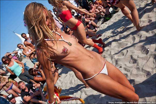 Durante a festa Kazantip na Praia da Ukrania