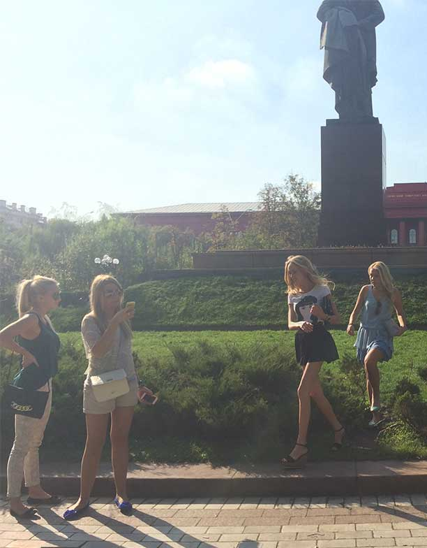 Grupo de mulheres passeando fazendo turismo em Kiev