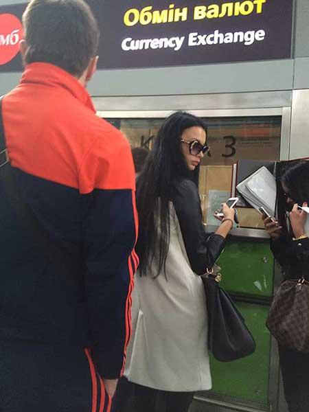 Linda ucraniana trocando dinheiro no aeroporto