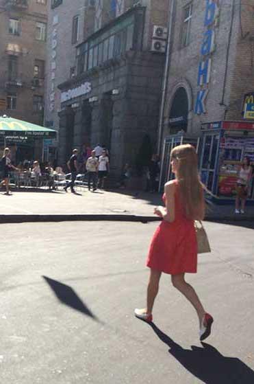 Loirinha caminhando em Kiev