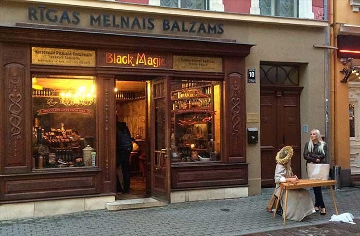 Loirinhas letonianas vendendo magia negra
