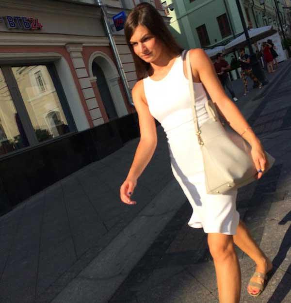 Mulher russa desfilando de vestido branco