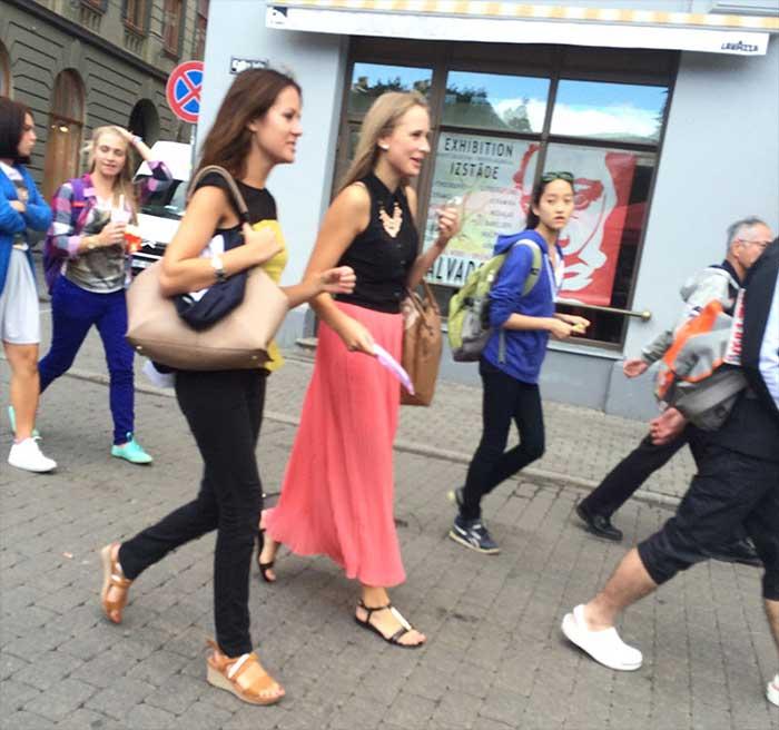 Mulheres morenas passeando no centro de Riga