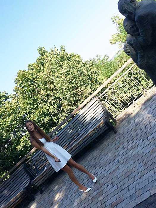 Princesinha linda ucraniana em um parque de Kiev