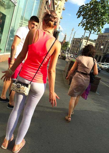 Russa de calça legging branca com bundinha gostosa