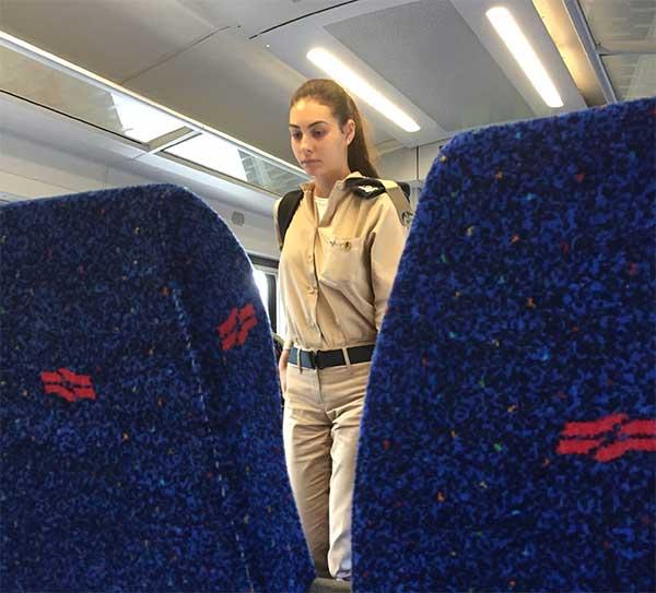 Soldada israelense me escoltando no trem pro aeroporto