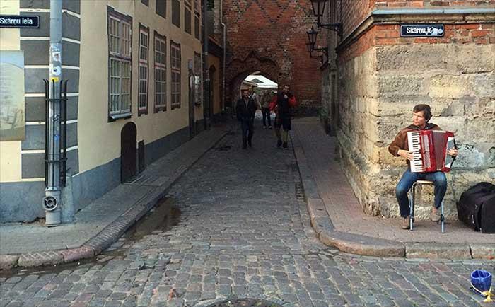 Sanfoneiro nas ruas da Letonia