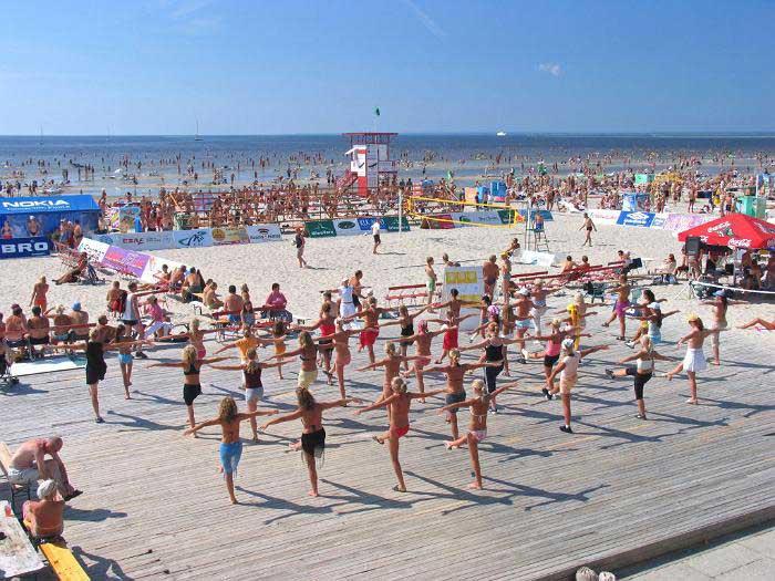 A cidade praia Pärnu, no verão